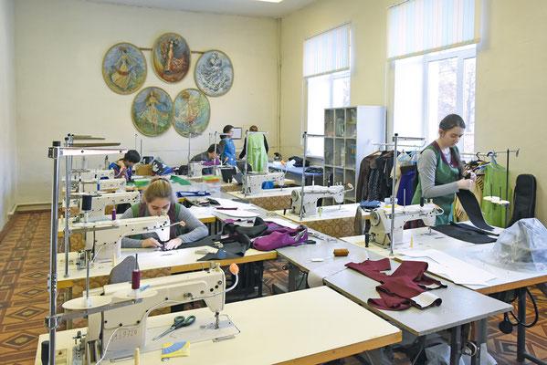 В классе, где учатся моделированию и конструированию швейных изделий