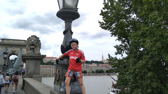 На велосипеде по Будапешту. Внук Олега Алексеевича, Володя, на знаменитом Цепном мосту. 2019 г.