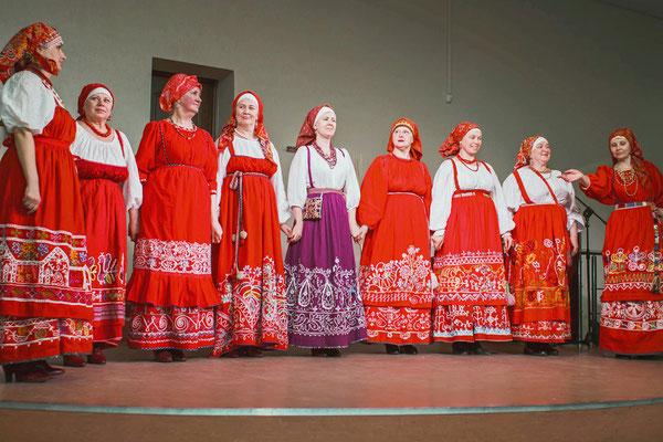 Воссозданная коллекция Олонецкой вышивки в костюмах студии этнодизайна «Фекла» из Луги