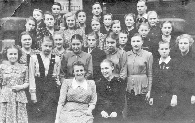 Выпускники Ленинградского культпросветучилища. Таисия Степанова — крайняя справа. Ленинград. 28 июня 1952 г.
