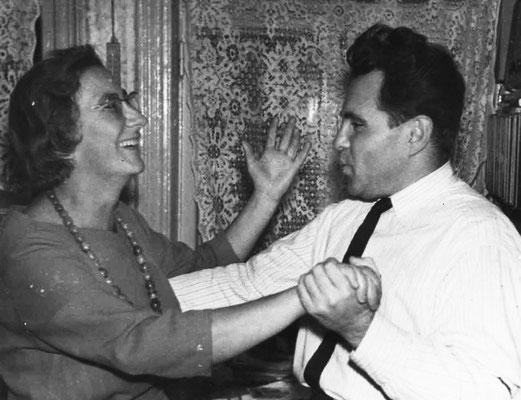 Супруги Людмила и Савелий Жихаревичи во время семейного праздника. Начало 1960-х гг.
