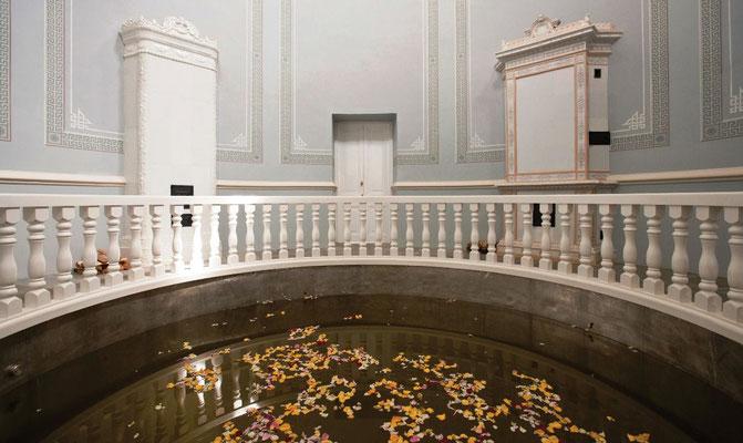 Большая медная ванна в центральном зале экспозиции павильона «Нижняя ванна»