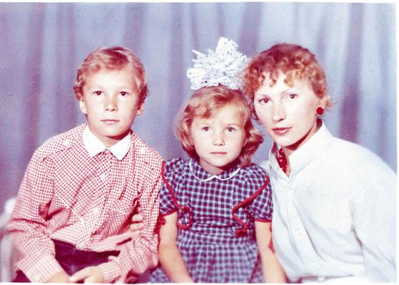 С детьми Ильей и Аней. 1989 г.