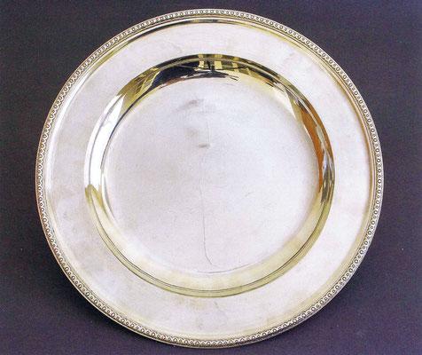 Серебряное блюдо 1908 года — первый образец серебряной посуды из исторической коллекции, приобретенный музеем