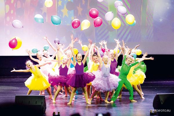 Яркий танец «Праздник к нам приходит»
