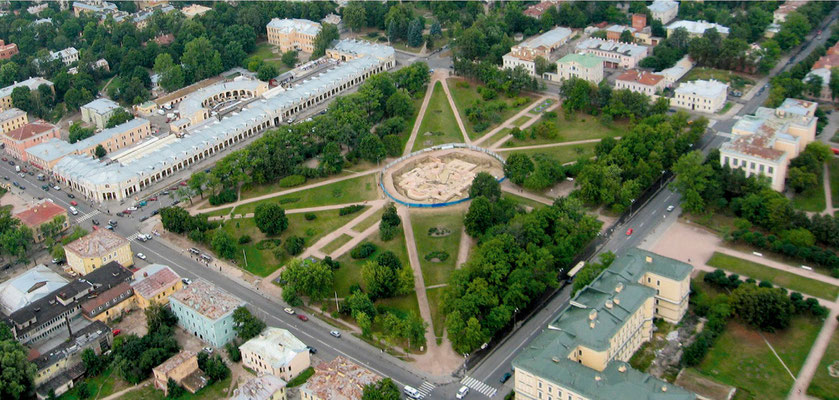 Центральная площадь в Пушкине во время раскопок фундамента Екатерининского собора. 2007 г.
