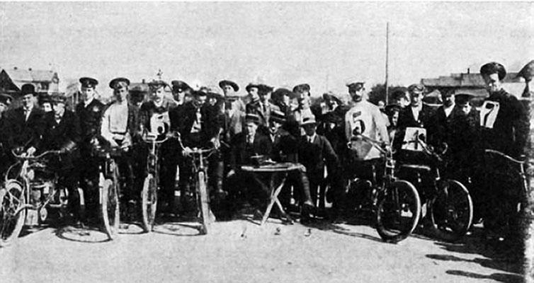Участники мотоциклетных гонок на станции Александровская. 12 (25) июня 1911 г.