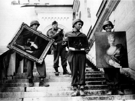 Американские «монументалисты» выносят шедевры живописи из баварского замка Нойшванштайн. Позади — капитан Дж. Роример. Май 1945 г.