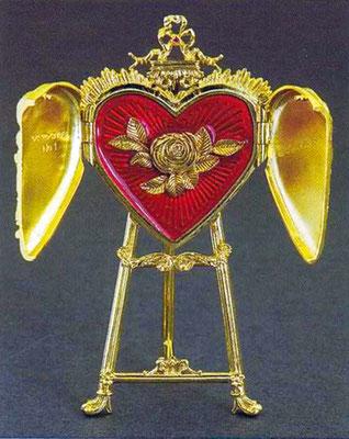 Верхняя часть пасхального яйца и навершие «сердца» украшены рубинами, внутри — роза с бриллиантом