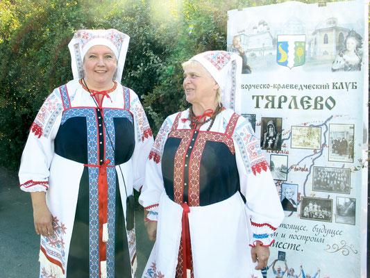 Ольга Морозова и Ольга Гончарова в народных ингермандландских костюмах на празднике поселка Тярлево 21 августа 2015 года