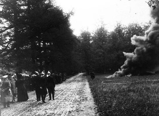 Тярлевская пожарная дружина демонстрирует навыки борьбы с огнем в Отдельном парке
