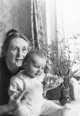 В. С . К вашнина-Самарина с внуком Андреем. Ленинград. 1961 г.