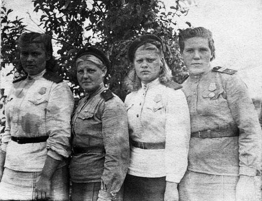 Младший сержант Юлия Скуратова (справа) и ее боевые подруги
