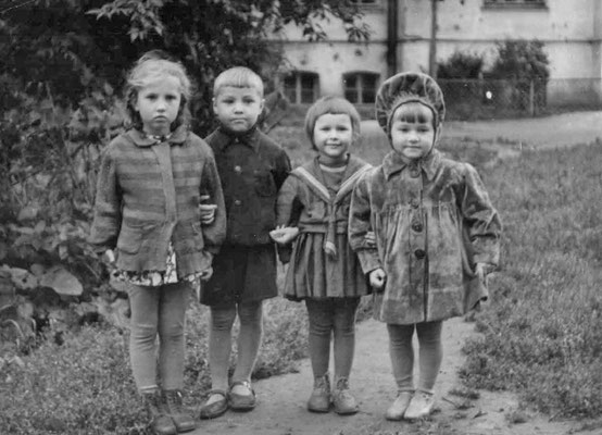 Дети во дворе дома: Таня Погореловская, Алик и Лариса Ардамадские, Галя Хмелева. Начало 1950-х гг.