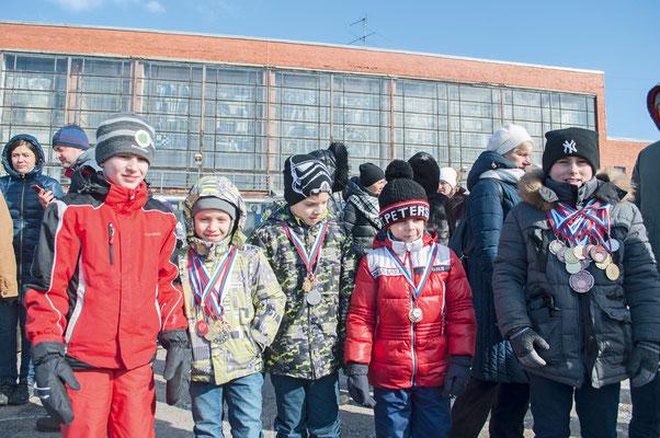 Дети, победители соревнований, приняли участие в стихийном митинге перед спортивной школой 16 марта 2018 г.