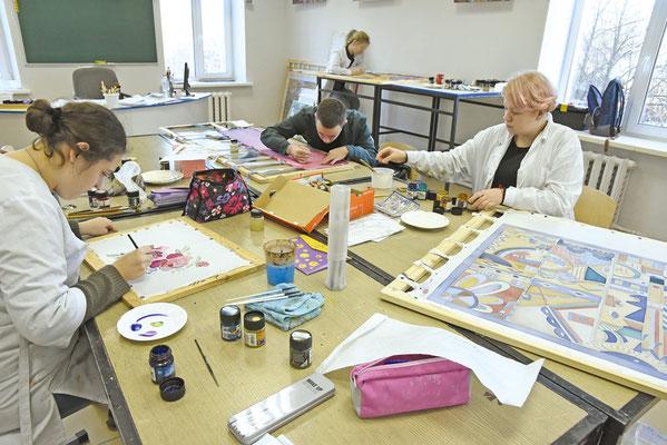 Студенты осваивают технику росписи по ткани