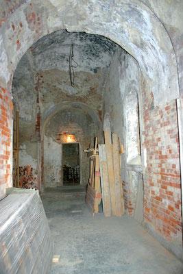 Когда-то стены храма были расписаны фресками