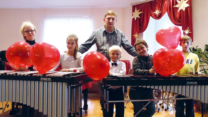 Преподаватель ударных инструментов Антон Щербановский со своими учениками