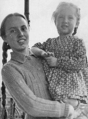 Сестры Юлия и Таня Погореловские. 1949 г.