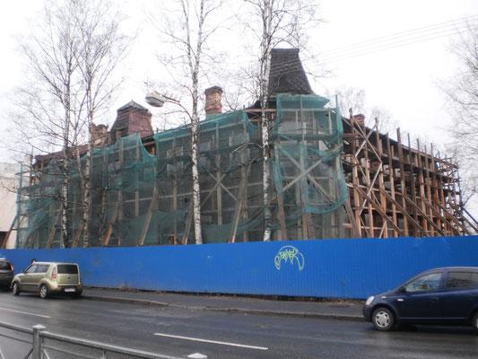 Дом Н. Е. Петровского на Малой ул., 42 сейчас стоит в лесах