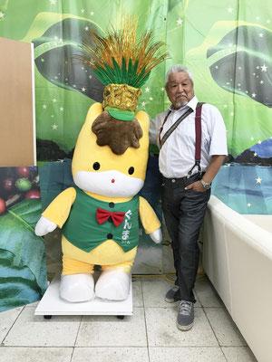 Posando com o mascote Gunmachan.