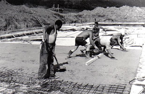 Das muss bis heute halten: Arbeiten am Hauptbecken des Fränkisch-Crumbacher Freibades im Jahre 1972