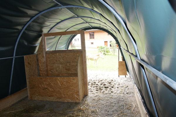 Im Winter schützen STEINBOCK Weidezelte zuverlässig vor Wind und Schnee, serienmäßig mit einem Türteil  der wahlweise geöffnet und geschlossen werden kann.