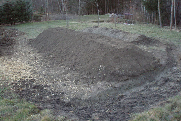 Mit der Muttererde und Feinkompost Formten wird das Hügelbeet.