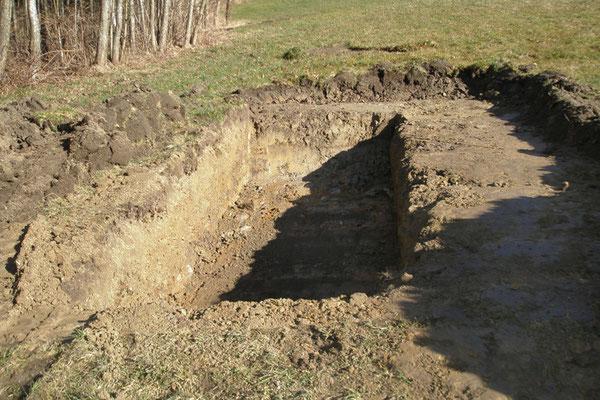 Als ersten Arbeitsschritt haben wir die Fläche ca. 80 cm tief mit Bagger ausgehoben.