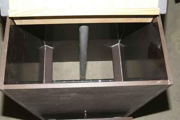 Von Oben - mit durchgehendem Lüftungsrohr, Abgeschrägten Leisten an zwei Außenwänden und einer Querstange zum Regeln des Kompostierens.