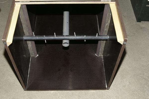 Von Unten - mit durchgehendem Lüftungsrohr, Abgeschrägten Leisten an zwei Außenwänden und einer Querstange zum Regeln des Kompostierens.
