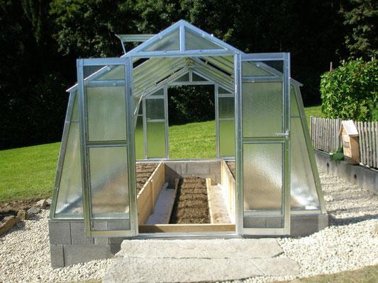 Neues Glashaus mit Hochbeeten