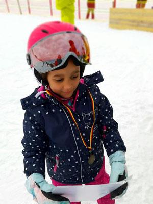 Kind mit Urkunde freut sich beim Skikurs SV DJK Heufeld
