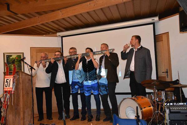 50 Jahre; Prost! Die Nachbarvereine und der Bürgermeister feiern mit.