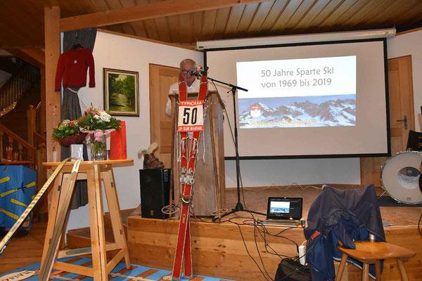 Ehrenvorstsnd Erwin Haimerl erinnerte an die Stärke der nordischen Skifahrer.