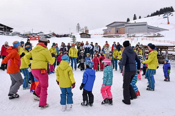 Aufwärmen vor dem Kinder-Skikurs Skiteam Heufeld.