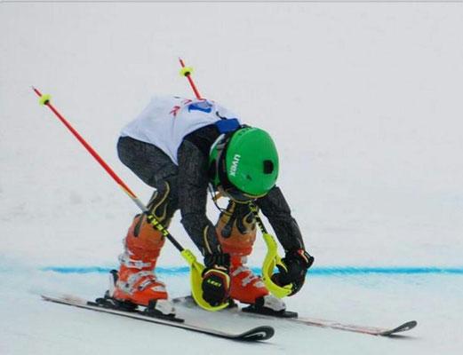Skirennläufer des Skiteam Heufeld überquert die Ziellinie.