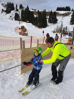 Helfer mit Kind am Seillift beim Kinderskikurs SV DJK Heufeld