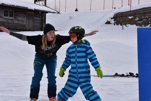 Übung Flieger beim Kinder-Skikurs.
