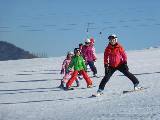 Skilehrer des Skiteam Heufeld übt fleißig mit Kindern.
