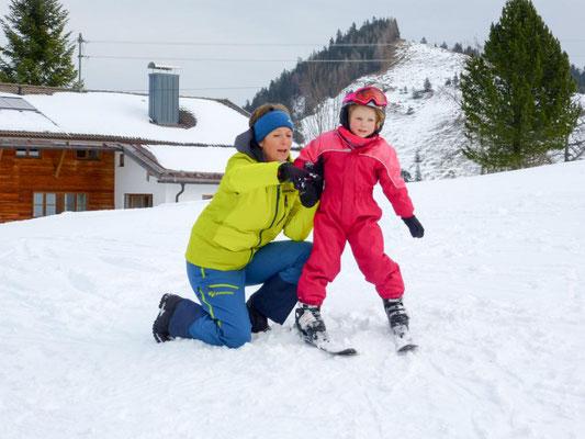 Skilehrer Skiteam Heufeld zeigt Übung.