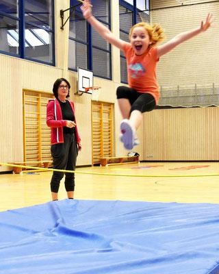 Mega Jump bei der Skigymnastik als Vorbereitung für die Skikurse des SV DJK Heufeld