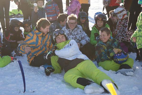 Skifahren lernen mit Spaß.Gruppenfoto beim Skikurs Skiteam Heufeld 2015.