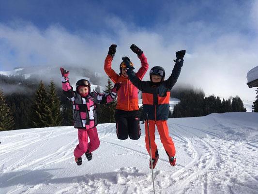 Skiteam SV DJK Heufeld Freizeitgruppe freunt sich und springt in die Luft.