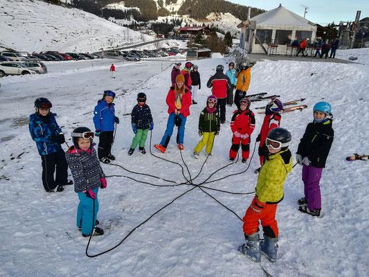 Skiteam SV DJK Heufeld Gruppe im Skikurs mit Seilübung.