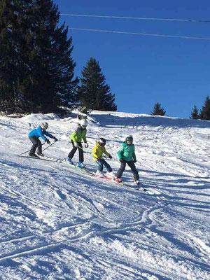 Skikurs Gruppe übt fleißig skifahren mit dem Skiteam SV DJK Heufeld
