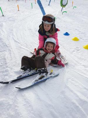 Kinder lachen beim Zwergerl-Skikurs Skiteam Heufeld