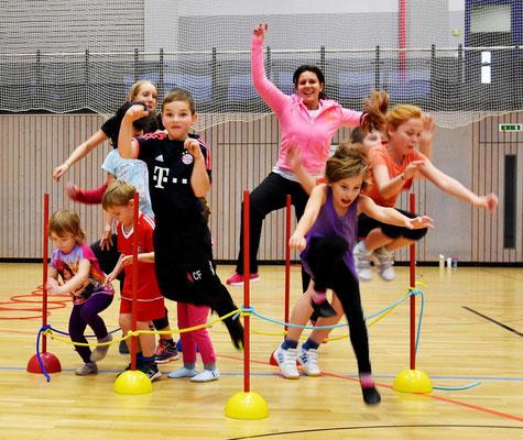 Action für Kinder bei der Skigymnastik des Skiteam Heufeld in Bruckmuehl.