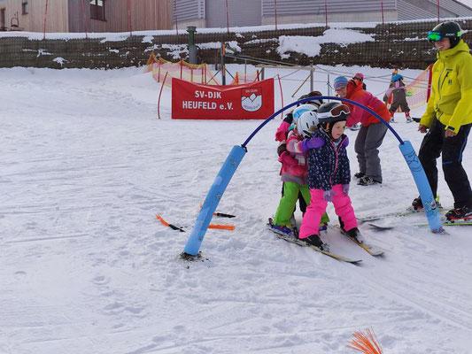 Kinder spielen Zug beim Skikurs