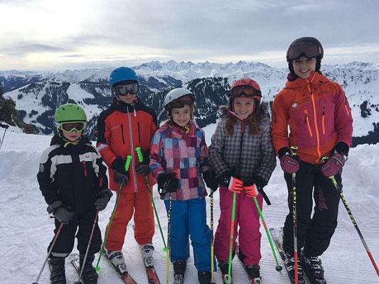 Skifreizeit Angebot des Skiteam SV DJK Heufeld. Skilehrer mit Gruppe.